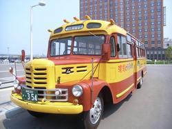 現役では日本最古のボンネットバス「函館浪漫号」に乗車(今ならチョロQもどき付き)