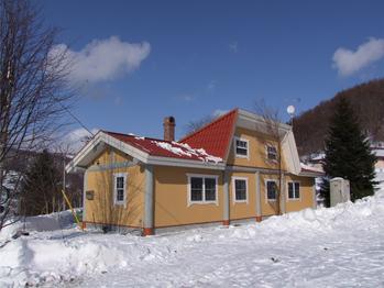 夕張で炭住がログハウス風に変身 使われていない古い公営住宅の有効活用を